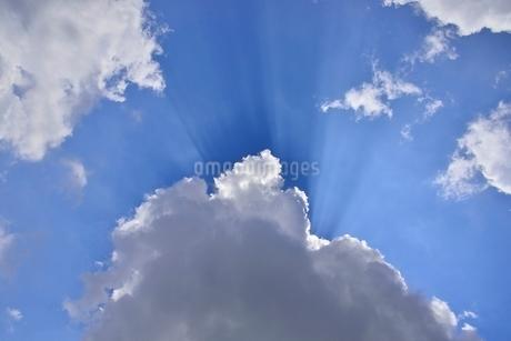 青空と光芒の写真素材 [FYI02082860]
