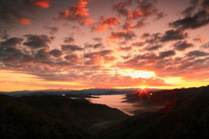 天狗木峠の雲海と朝日の写真素材 [FYI02082862]