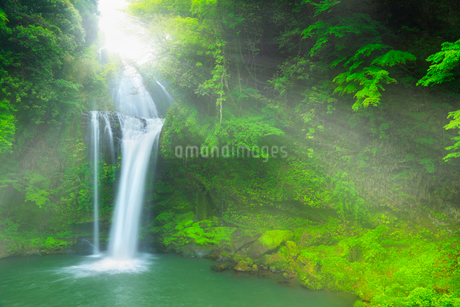 慈恩ノ滝と光芒の写真素材 [FYI02083170]