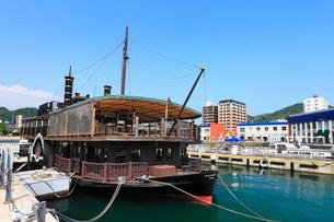 門司港レトロ 遊覧船と海峡プラザの写真素材 [FYI02083183]
