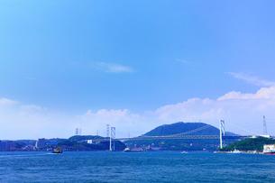 めかり観潮公園から望む関門橋と関門海峡の写真素材 [FYI02083323]