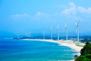 浅利海岸と風車の写真素材 [FYI02083389]
