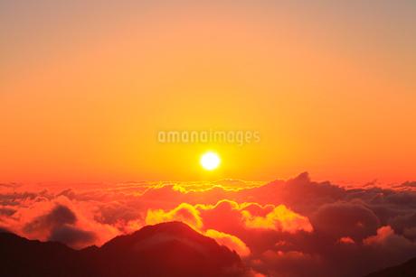 朝日と雲海の写真素材 [FYI02083539]