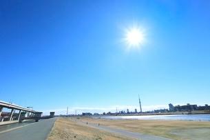 荒川土手と東京スカイツリーに太陽の写真素材 [FYI02083578]