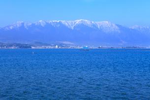 雪の比良山系と琵琶湖の写真素材 [FYI02083656]