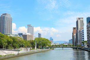 土佐堀川と中之島公園の写真素材 [FYI02083658]