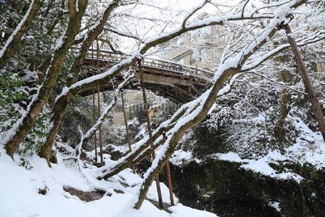 雪化粧の山中温泉・こおろぎ橋の写真素材 [FYI02083675]