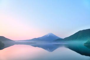 新緑の富士山と本栖湖に朝霧の写真素材 [FYI02083756]