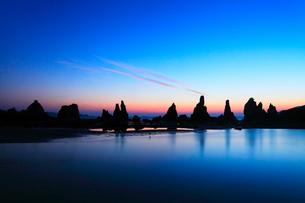 朝焼けの海と橋杭岩の写真素材 [FYI02083770]