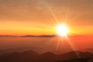 朝日と雲海(浅間山)の写真素材 [FYI02083795]