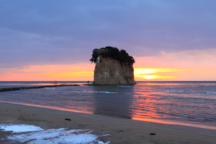 見附島(軍艦島) 冬の朝日の写真素材 [FYI02083821]