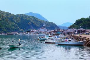 崎津の漁港と崎津天主堂の写真素材 [FYI02083838]