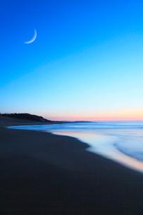 夕焼けの海と月の写真素材 [FYI02083974]
