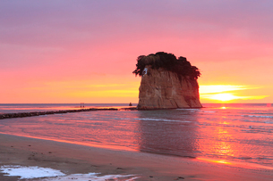 見附島(軍艦島) 冬の朝日の写真素材 [FYI02084079]
