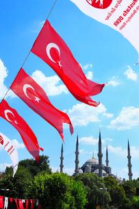 スルタンアフメット・モスク (ブルーモスク)とトルコ国旗の写真素材 [FYI02084101]