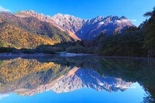 上高地の紅葉 大正池と穂高連峰の写真素材 [FYI02084114]