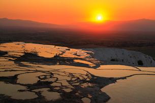 石灰棚と夕日の写真素材 [FYI02084169]