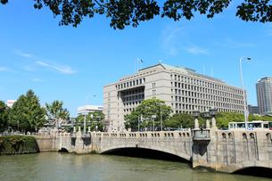 土佐堀川と大阪市役所の写真素材 [FYI02084185]