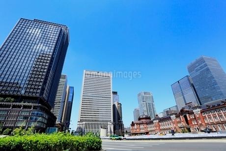 東京駅と丸の内ビル群の写真素材 [FYI02084234]