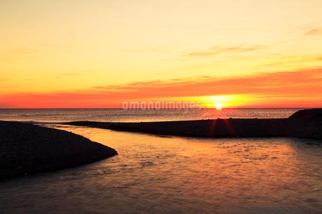 初日の出の海と七里御浜の写真素材 [FYI02084317]
