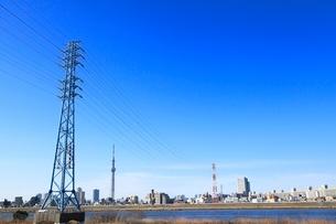 送電線の鉄塔と東京スカイツリーの写真素材 [FYI02084461]