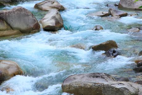 阿寺ブルー 阿寺川の流れの写真素材 [FYI02084504]