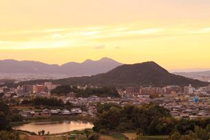 甘樫丘より畝傍山・二上山の夕景の写真素材 [FYI02084542]
