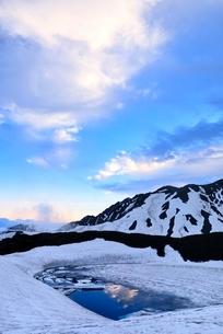 残雪の立山室堂平とみくりが池の写真素材 [FYI02084609]