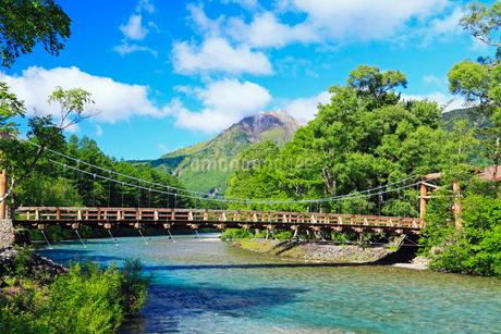 夏の上高地 河童橋と梓川より焼岳の写真素材 [FYI02084766]