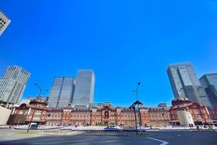 東京駅と八重洲ビル群の写真素材 [FYI02084846]