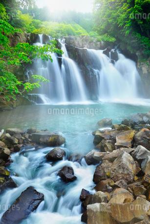 関之尾の滝と光芒の写真素材 [FYI02084868]