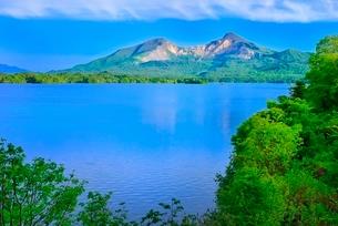 新緑の裏磐梯 檜原湖と磐梯山の写真素材 [FYI02084876]