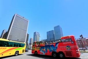 東京駅とビル群にスカイバスの写真素材 [FYI02084887]