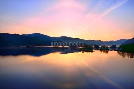 新緑の裏磐梯 秋元湖と朝日に彩雲の写真素材 [FYI02084971]