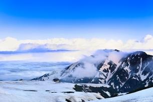 残雪の立山室堂平と大日岳の写真素材 [FYI02084994]