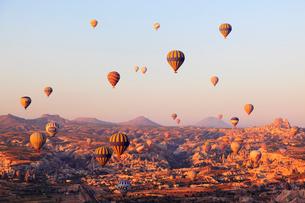 気球から見下ろす朝焼けのカッパドキヤと気球の写真素材 [FYI02085001]
