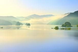 新緑の裏磐梯 秋元湖の朝霧の写真素材 [FYI02085055]