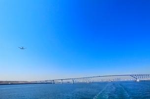 東京港よりゲートブリッジと飛行機の写真素材 [FYI02085099]