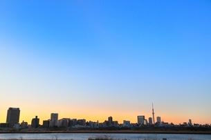 荒川より東京スカイツリーと朝焼けの写真素材 [FYI02085170]