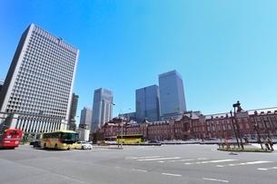 東京駅とビル群の写真素材 [FYI02085282]