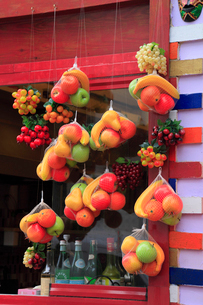 バーの店頭に吊るされたフルーツの写真素材 [FYI02085312]