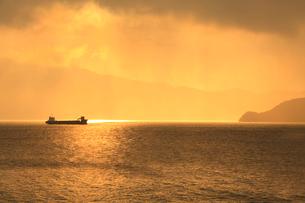 冬の敦賀湾と夕日の写真素材 [FYI02085319]