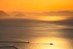 備讃瀬戸の夕景 屋島より瀬戸大橋と小槌島の写真素材 [FYI02085323]