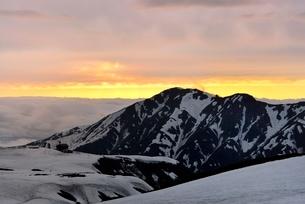 残雪の立山室堂平と夕焼けの写真素材 [FYI02085355]
