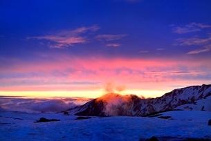 残雪の立山室堂平と夕焼けの写真素材 [FYI02085378]