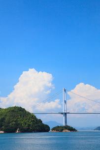 来島海峡大橋と夏雲の写真素材 [FYI02085413]