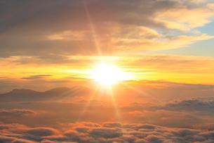 朝日と雲海の写真素材 [FYI02085455]