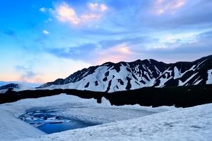 残雪の立山室堂平とみくりが池の写真素材 [FYI02085481]