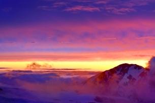 残雪の立山室堂平と夕焼けの写真素材 [FYI02085605]
