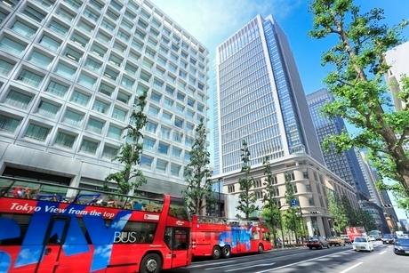 丸の内ビル街とスカイバスの写真素材 [FYI02085625]